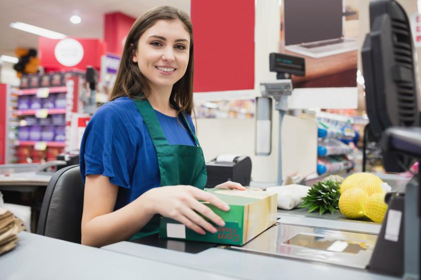 operadora de supermercado fazendo fechamento de caixa