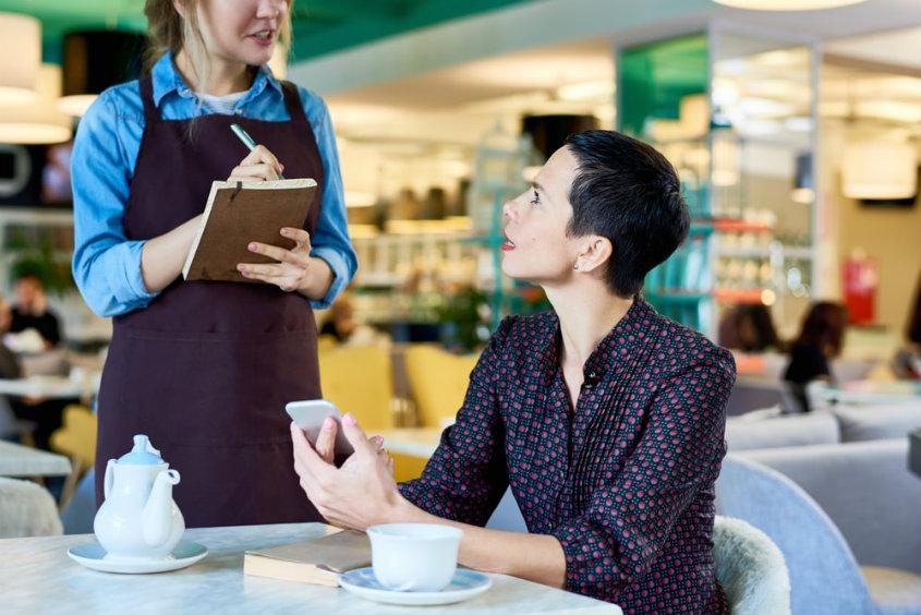 Como monitorar a satisfação do cliente em um restaurante?